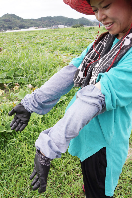 日焼け対策は、自作のアームカバーとお気に入りの帽子。畑でも女子らしさを忘れない。