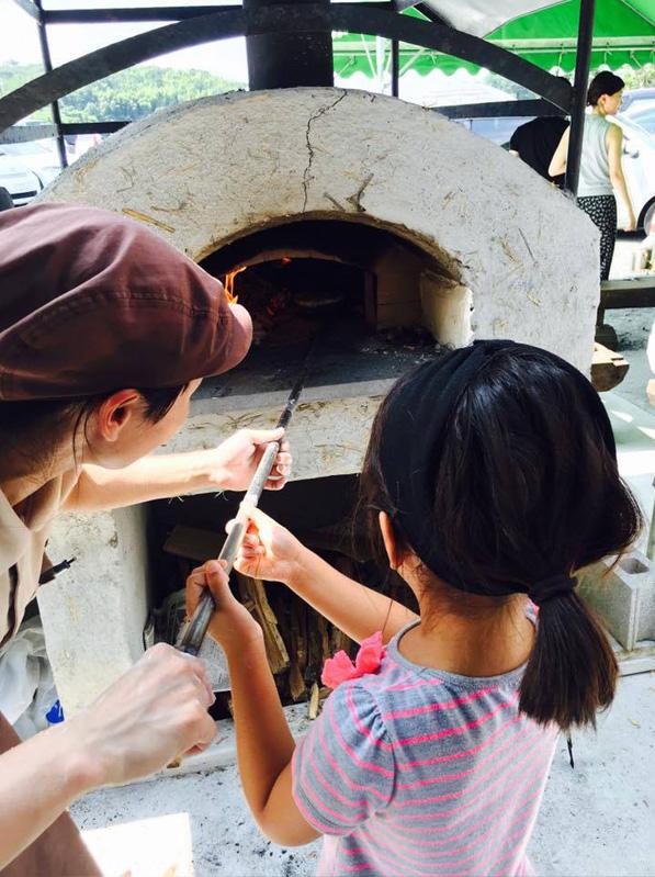 店ではランチが楽しめる。本店では自分で作ったモッツァレラチーズでピザを焼く体験型メニューも人気。