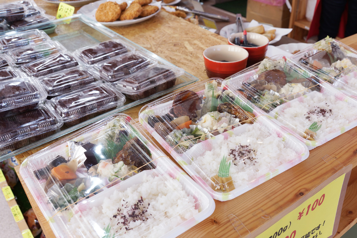 弁当や惣菜の素材は、できるだけ地域のものを使用。イートインコーナーもあり、お昼時はとてもにぎやか。