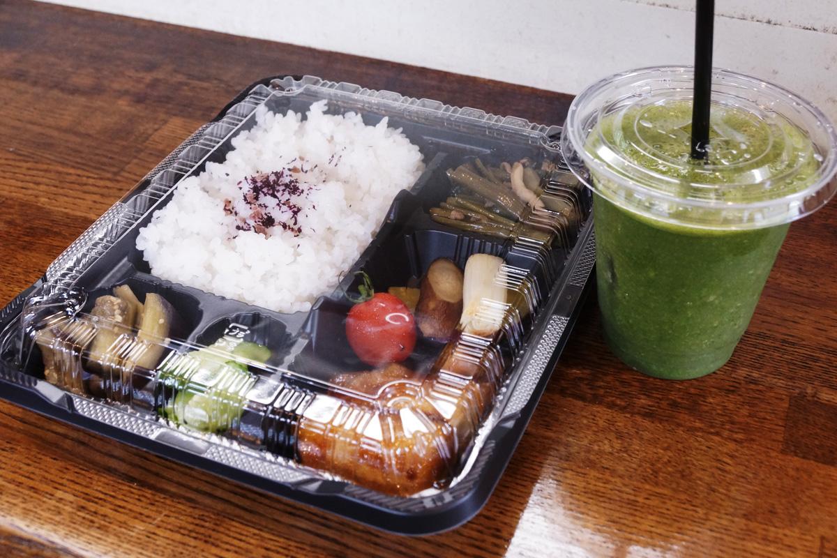 近江野菜たっぷり弁当。この日は空芯菜とひき肉のピリ辛炒めやキュウリのわさび漬けなど、近江米にぴったりの美味しくからだに優しいおかずがたっぷり。