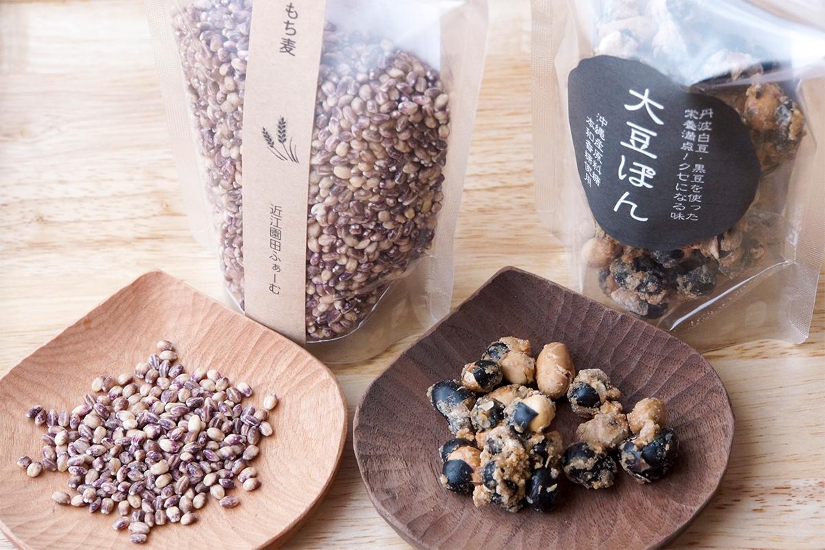 もち大麦(左)と大豆ぽん(右)。