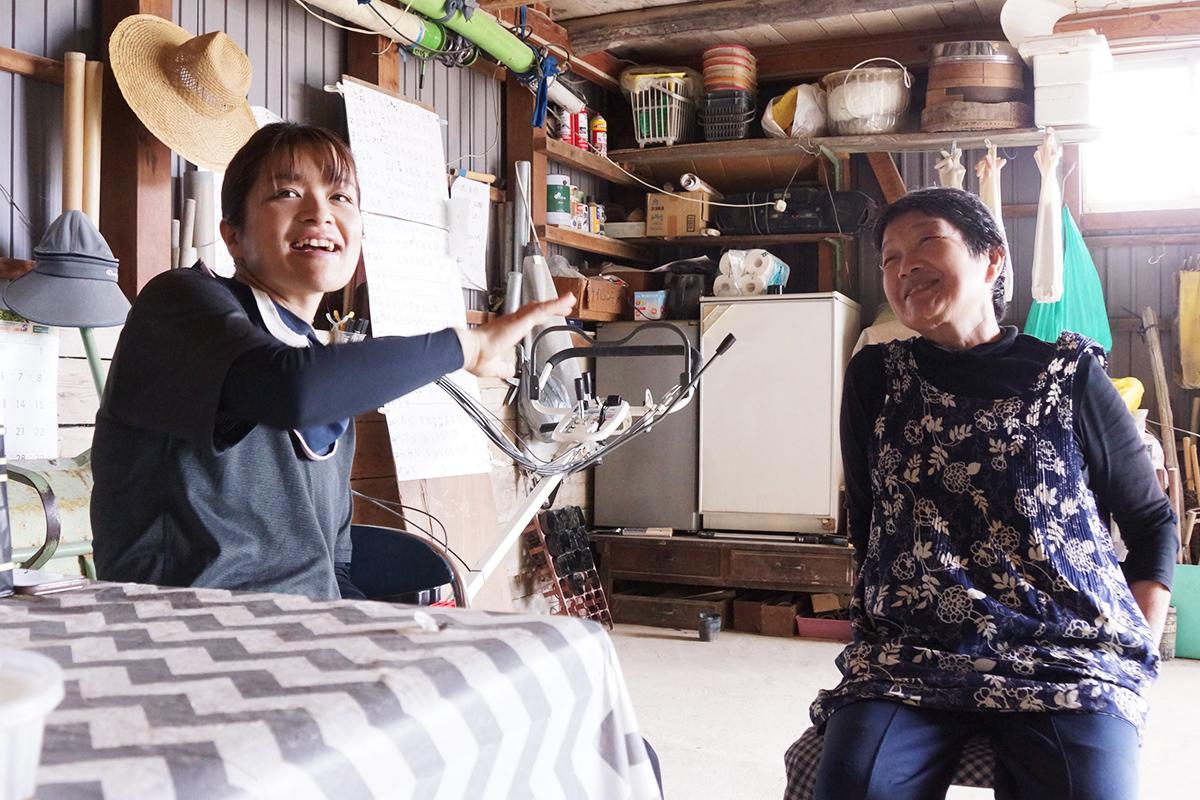 談笑する池内桃子さんと母の佐知代さん